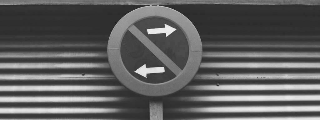 Znak drogowy z jedną strzałką skierowaną w prawo a drugą w lewo. To symbol zmiany leasing-owej i sytuacji, w jakiej stawia leasingobiorców resort finansów. Póki czas, korzystajmy z leasingu!